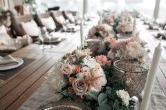 Lujo, arreglo elegante de la tabla de la recepción nupcial, pieza central floral Fotos de archivo libres de regalías