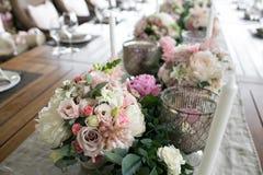 Lujo, arreglo elegante de la tabla de la recepción nupcial, pieza central floral Imagenes de archivo