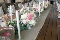 Lujo, arreglo elegante de la tabla de la recepción nupcial, pieza central floral Imagen de archivo