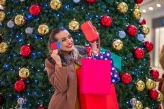Lujo, días de fiesta y concepto de la venta - mujer hermosa con crédito foto de archivo libre de regalías