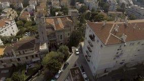 Lujoso castillo-como la mansión que se coloca en ciudad entre los edificios de apartamentos, aéreos almacen de metraje de vídeo