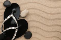 Lujoso de chancletas y de piedras en la arena vare fotos de archivo libres de regalías