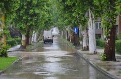 Lukavac июнь 2019 год, погода дождя и водители и araund проблем улица под watzer стоковая фотография