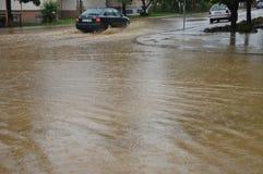 Lukavac июнь 2019 год, погода дождя и водители и araund проблем улица под watzer стоковое изображение