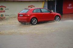 Lukavac июнь 2019 год, погода дождя и водители и araund проблем улица под watzer стоковые фото