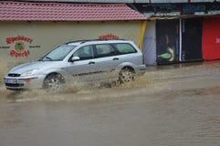 Lukavac июнь 2019 год, погода дождя и водители и araund проблем улица под watzer стоковое изображение rf
