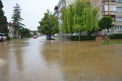 Lukavac июнь 2019 год, погода дождя и водители и araund проблем улица под watzer стоковое фото rf