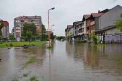 Lukavac июнь 2019 год, погода дождя и водители и araund проблем улица под watzer стоковые изображения