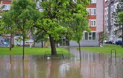 Lukavac июнь 2019 год, погода дождя и водители и araund проблем улица под watzer стоковая фотография rf