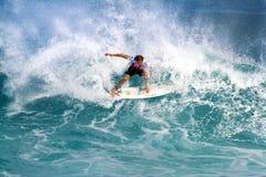 Luke Stedman che pratica il surfing nei supervisori della conduttura Fotografia Stock