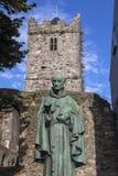 Luke Wadding Statue och den franska kyrkan i Waterford royaltyfria bilder