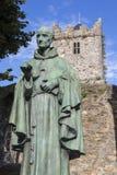 Luke Wadding Statue och den franska kyrkan i Waterford royaltyfri bild