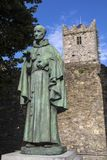 Luke Wadding Statue och den franska kyrkan i Waterford arkivbilder