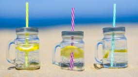 Lukecin,波兰, 2017年6月15日:在瓶子的寒冷饮料在海滩 免版税库存照片