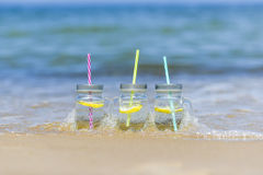 Lukecin, Polen, am 15. Juni 2017: Kältegetränke im Glas auf dem Strand Lizenzfreies Stockbild