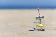 Lukecin, Polen, 15 Juni, 2017: Koude drank in kruik op het strand w Stock Fotografie