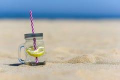 Lukecin, Polen, 15 Juni, 2017: Koude drank in kruik op het strand w Stock Foto's