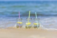Lukecin, Polska, Czerwiec 15, 2017: Zimno napoje w słoju na plaży Obraz Royalty Free