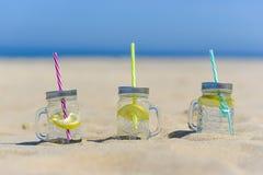 Lukecin, Polska, Czerwiec 15, 2017: Zimno napoje w słoju na plaży Obrazy Stock