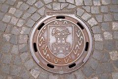 Lukendeckel mit dem Wappen von Ljubljana, Slowenien Lizenzfreie Stockbilder