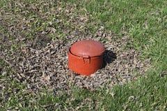 Lukenstahl, rote Farbe im Park gibt es eine Kanalisation Stockfotografie