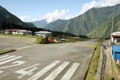 lukla Непал взлётно-посадочная полосы стоковые изображения rf