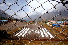LUKLA, NÉPAL : AÉROPORT DE TENZING HILLARY Photographie stock libre de droits