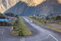 LUKLA/NEPAL - 18 ΟΚΤΩΒΡΊΟΥ 2015: Μικρό αεροπλάνο Στοκ εικόνα με δικαίωμα ελεύθερης χρήσης