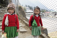 LUKLA, NEPAL EM NOVEMBRO DE 2013: Meninas do Nepali que vão à escola Imagens de Stock