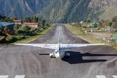 LUKLA/NEPAL - OKTOBER 18, 2015: Litet flygplan Fotografering för Bildbyråer