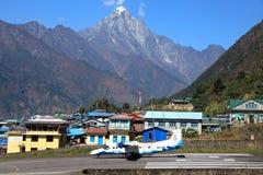 Lukla Nepal-Oktober 22, 2012: Sita flygplan är klart att ta av från Lukla flygplatslandningsbana Royaltyfri Bild
