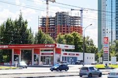 Lukoil benzynowa stacja na miasto ulicie Obraz Royalty Free
