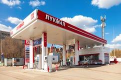 Lukoil-Tankstelle Lukoil ist eins größten russischen Öl-COM Lizenzfreies Stockbild