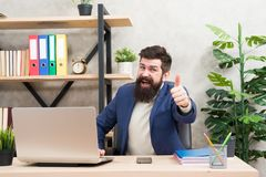 lukratywny Rozwój Biznesu Biznesmen w formalnym stroju Ufny mężczyzna używa laptop i smartphone Szef miejsce pracy fotografia royalty free