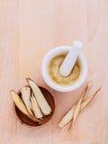 Lukrecjowa ziołowa medycyna wliczając proszka, siekającego i pokrojonego ro, Zdjęcie Royalty Free