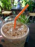 Lukrowa świeża piec kawa na stołowym drewnie Fotografia Royalty Free