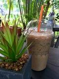 Lukrowa świeża piec kawa na stołowym drewnie Zdjęcie Stock