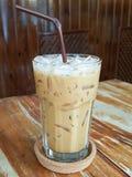 Lukrowa kawa na drewnianym stole Obrazy Stock