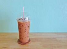 Lukrowa kawa w plastikowej filiżance na drewnianym stole fotografia royalty free