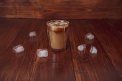 Lukrowa kawa z lodem na stole Zdjęcia Stock