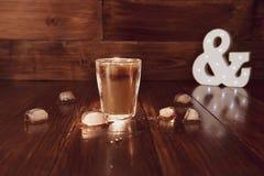 Lukrowa kawa z lodem na stole Fotografia Stock