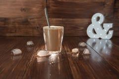 Lukrowa kawa z lodem na stole Zdjęcie Stock