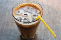 Lukrowa kawa z słomą, zbliżenie Fotografia Stock