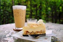 Lukrowa kawa z tortem na zieleń ogródu tle obraz royalty free