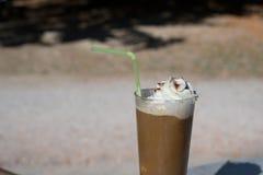 Lukrowa kawa z zieloną słomą odizolowywającą zdjęcia royalty free