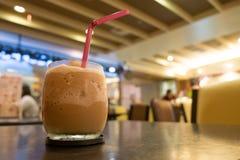 Lukrowa mieszająca frappe kawa w kawiarni Obrazy Royalty Free