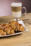 Lukrowa mokki kawa z croissants fotografia royalty free