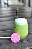 Lukrowa zielona herbata przy mlekiem jest wyśmienicie i cukierku cukierki Fotografia Stock
