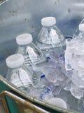 Lukrowe puszek butelki woda Zdjęcia Stock