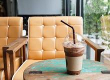 Lukrowy czekoladowy potrząśnięcie przy sklep z kawą fotografia stock